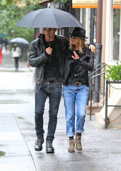 Jennifer-Aniston-Boyfriend-Justin-Theroux-Pictures-Rainy-NYC